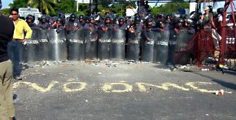 Policías durante la Cumbre de Cancún - Septiembre 2003