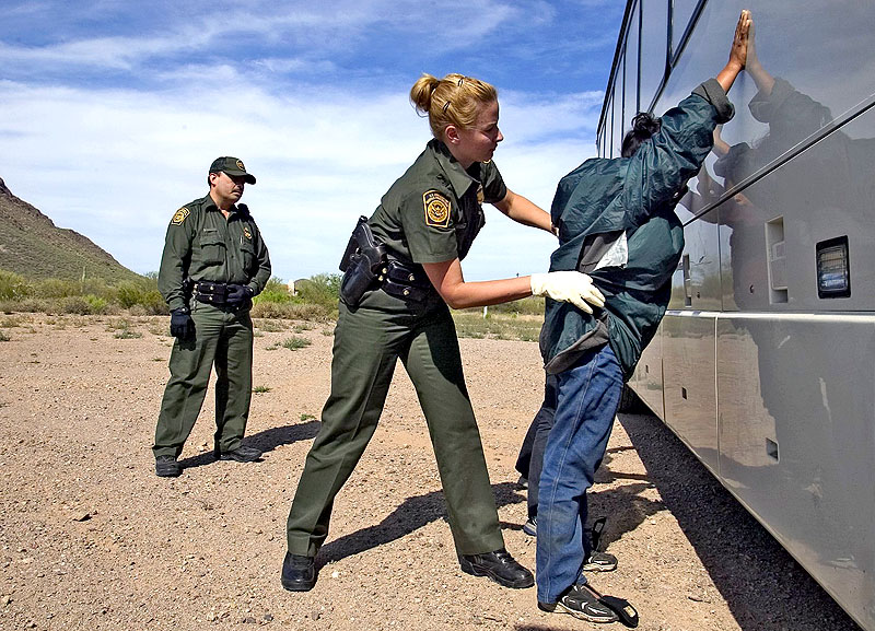 Agente de la Border Patrol detiene a un migrante indocumentado (sitio Web de la US Customs and Border Protection www.cbp.gov)