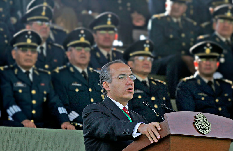Calderon in an official ceremony with the army © Mexico, Presidency of the Republic