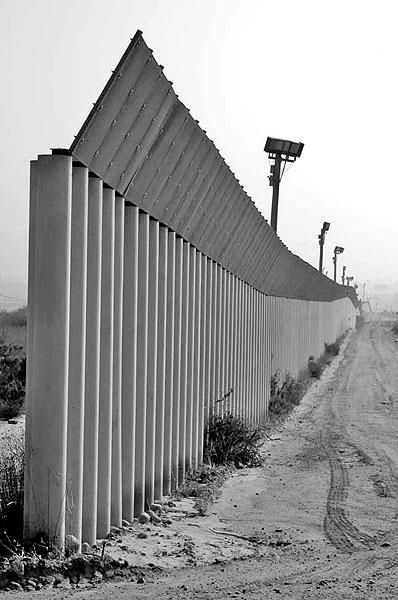 Border fence between Tijuana and San Diego (commons.wikimedia.org)