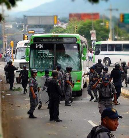 Policia y autobuses bloqueados en la calle © Oaxaca en Pie de Lucha