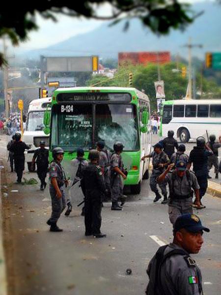 Polizei und Bus blockierten die Straße © Oaxaca en Pie de Lucha