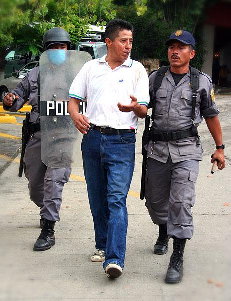 Emeterio Marino Cruz, detenido por dos policías © Difusión Emeterio Marino Cruz