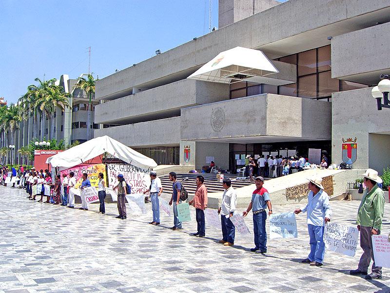 Plantón de familiares de presos políticos frente al Palacio de Gobierno, en Tuxtla Gutiérrez