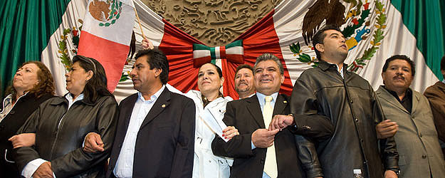 Mexican opposition congress members celebrate the approval of the energy reform initiative © La Jornada