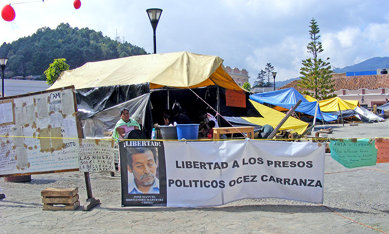 Sit in strike of the OCEZ-RC in the center of San Cristóbal © SIPAZ