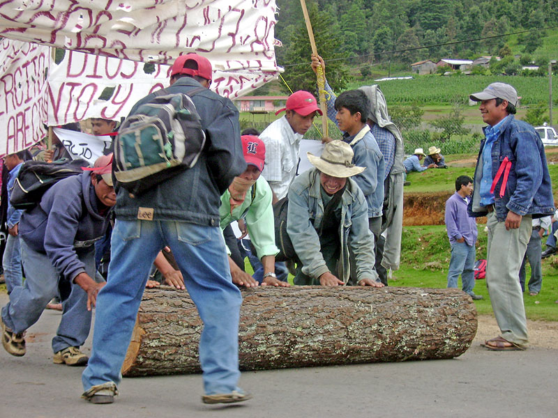 Roadblock to demand the cancellation of the highway from San Cristóbal to Palenque © SIPAZ