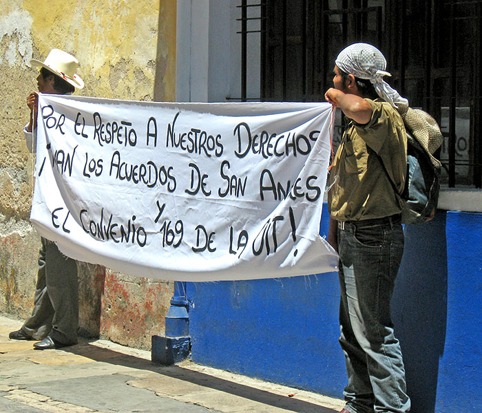 "Banner in a protest against high-electricity prices: ""Long life to the San Andrés Accords and the ILO's Convention 169!"" © SIPAZ"