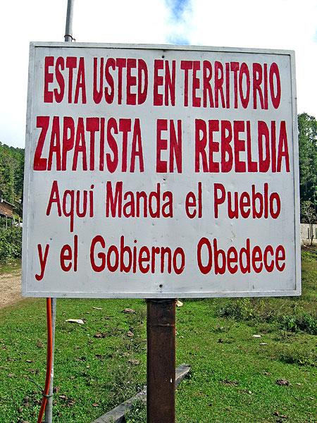"""Letrero en territorio zapatista """"Está Usted en territorio zapatista rebelde: aquí manda el pueblo y el gobierno obedece"""" © SIPAZ"""