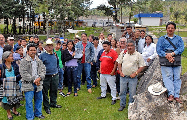 Failed attempt at a collective visit to award-recipient Alberto Patishtán © FrayBa