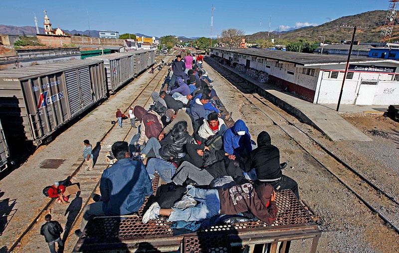 Migrants crossing Oaxaca © sdpnoticias