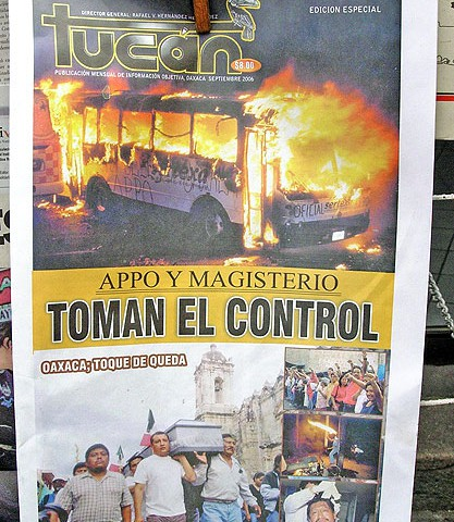 """Primera plana de periódico en septiembre de 2006 """"APPO y magisterio toman el control; Oaxaca, toque de queda"""" © SIPAZ, archivo"""