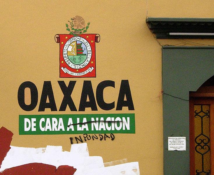 """Graffiti """"Oaxaca de cara a la Nación. Oaxaca de cara a la impunidad"""" © SIPAZ, archivo"""