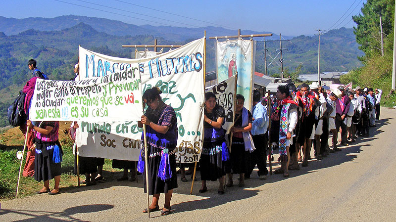 8 March, International Women's Day, Las Abejas in front of the military base © SIPAZ
