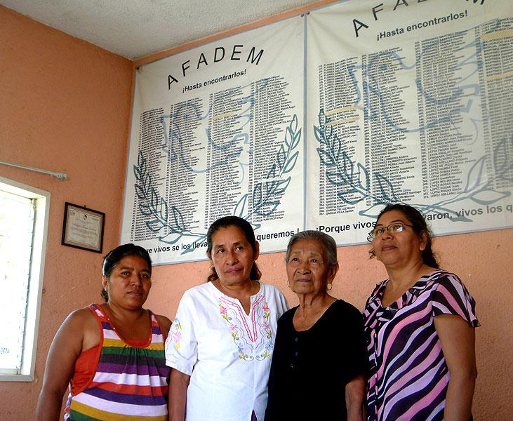 ita Radilla e integrantes de la Asociación de Familiares de Detenidos y Desaparecidos en México (Afadem), febrero de 2011 © SIPAZ