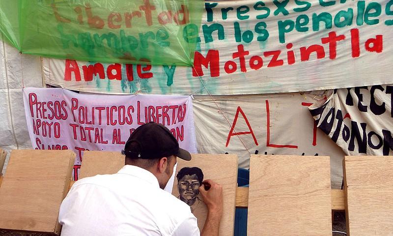 Darles rostro y voz a l@s pres@s en huelga de hambre: actividad en el plantón de familiares, San Cristóbal de Las Casas, octubre de 2011 © SIPAZ