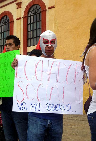 """""""Luchador social vs. Mal gobierno"""", Manifestación de #YoSoy132 en San Cristóbal de Las Casas © SIPAZ"""
