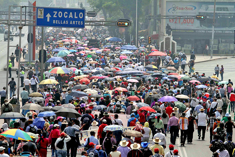 Marches in Mexico City against educational reform, August 2013 © La Jornada