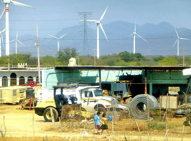 Poblado junto a parque eólico, Oaxaca. © SIPAZ