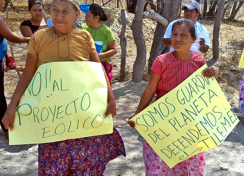 Mujeres indígenas en protesta contra los parques eólicos, Oaxaca. © Tierra y Territorio