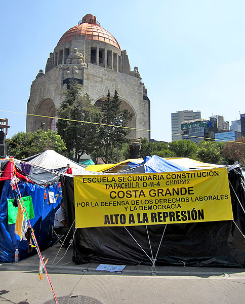 Teachers' sit-in at the Monument of the Revolution in Mexico City in October  © SIPAZ