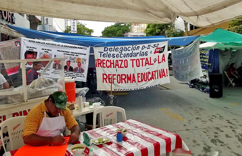 Teachers' sit-in at Tuxtla Gutierrez, September 11 © SIPAZ