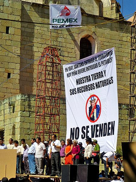 """Veranstaltung gegen die Energiereform in Oaxaca-Stadt: """"Unser Boden und seine natürlichen Ressourcen stehen nicht zum Verkauf"""" © SIPAZ"""