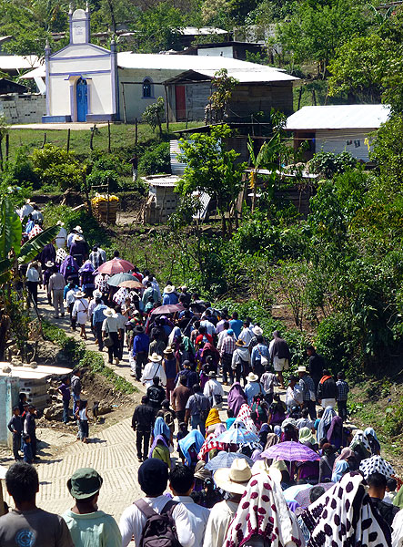 Return of displaced families from the Puebla Colony, 14 April 2014. © SIPAZ