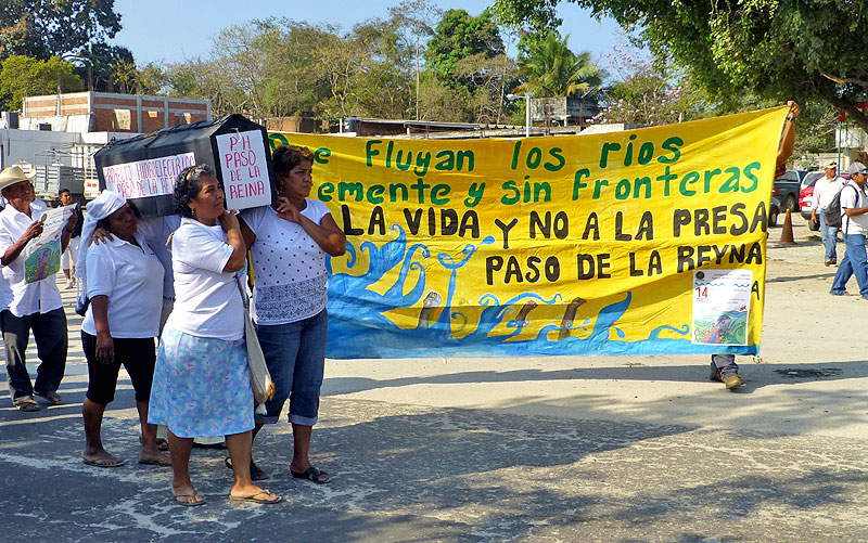 Protest by COPUDEVER (Council of Peoples United in Defense of the Verde River), Jamiltepec, Oaxaca, March 2014 © SIPAZ
