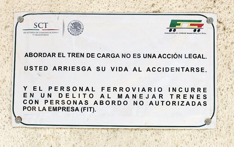 """""""Abordar el tren de carga no es una acción legal"""", aviso de la Secretaría de Comunicaciones y Transportes"""" © SIPAZ"""