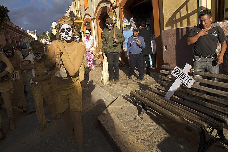 Performance en defensa de los derechos de los migrantes centroamericanos al cruzar México, San Cristóbal de Las Casas, julio de 2015 © Moysés Zúñiga Santiago