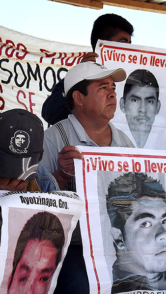 Delegación de familiares y compañeros de Ayotzinapa durante la Caravana por el Sur. Barrio de Santa Catarina, San Cristóbal de Las Casas, 30 de julio de 2015 © SIPAZ