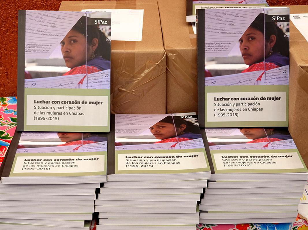 """""""Luchar con corazón de mujer"""", libro publicado por SIPAZ en el marco de su XX° Aniversario © SIPAZ"""