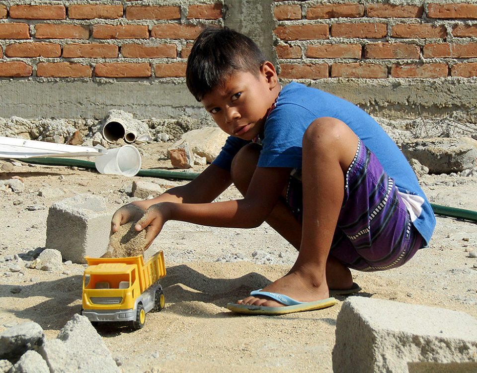 Child playing in the middle of the reconstruction works. Civil Observation Mission to the Coast after the September earthquakes © SIPAZ