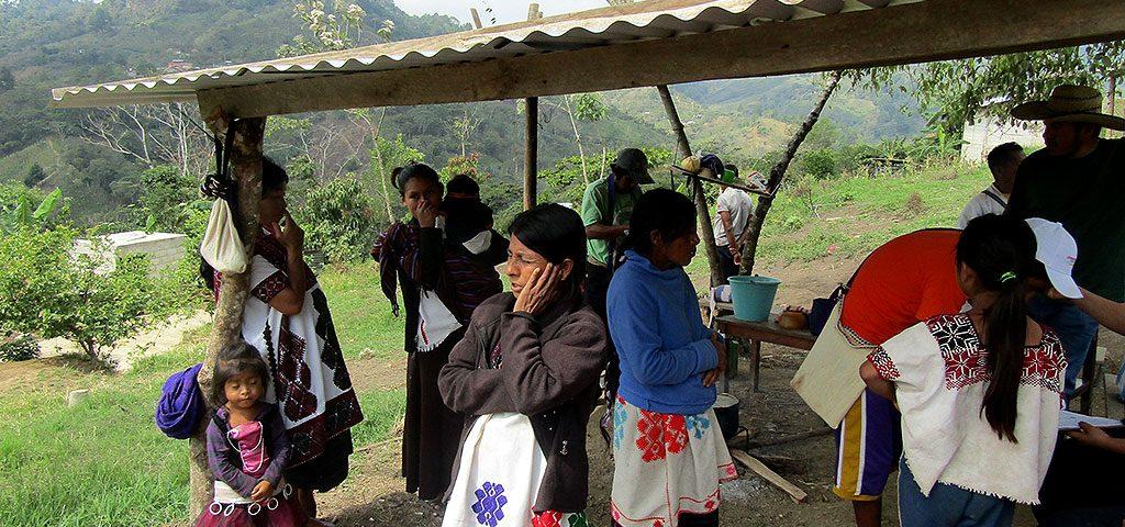 Embajador suizo escucha tragedia de desplazados en Chiapas